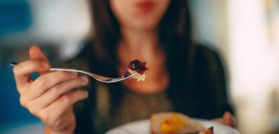 Rozdíl mezi fyzickým a emočním hladem: jíst bez hladu si vybírá svou daň